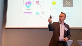Jon Christian Hillestad i Telia Norge viser frem Telia Sense, en liten modul som gjør om en vanlig bil til en «smart» bil.