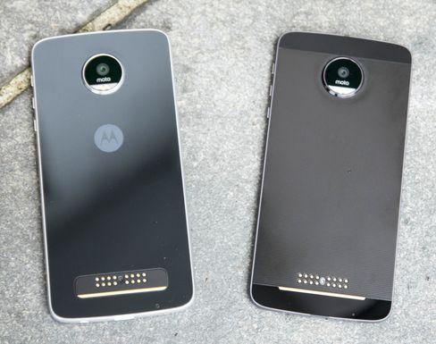 Både Moto Z og Moto Z Play har tilkobling for såkalte Moto Mods på baksiden. Dette er moduler som kan gjøre ting mobilen i utgangspunktet ikke kan, så som projektor, mer avansert kamera eller en kraftig høyttaler. Ulempen er at alle disse gjør mobilen svært tykk.