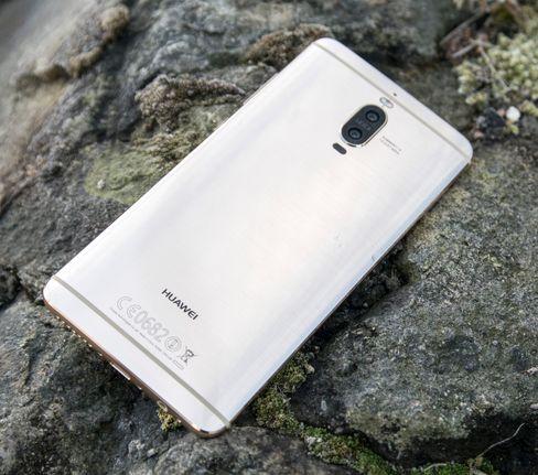 På forsiden ser den ut som en Samsung, men baksiden er noen hakk mer unik. Legg merke til det doble kameraet, og at fingerleseren, som har pleid å være bak på Huawei-modeller, er flyttet til forsiden på denne modellen.