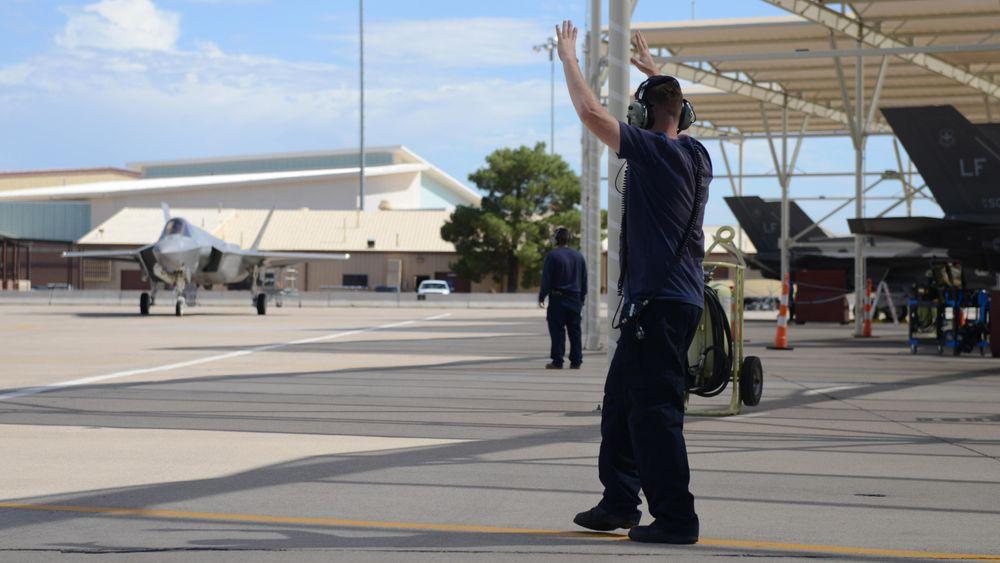 En crewchief dirigerer en F-35 på Luke i september, da F-35-flåten passerte ti tusen flytimer på denne basen. I overkant av fem prosent av dem er loggført på norske individer.