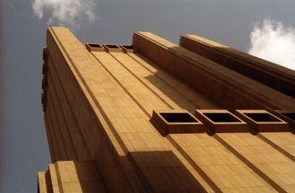 Navnet «de lange linjers bygning» bærer den godt. Linjene brytes bare av noen massive utstikkende ventilasjonsluker i øverste 29. etasje og lenger ned i tiende.