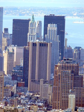 Den anonyme betongkolossen er den eneste skyskraperen i New York uten vinduer. Taket huser også satellittantenner og den eneste jordstasjonen AT&T opererer i storbyen.