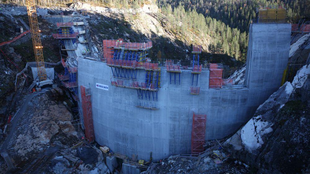 Sarvsfossen dam sto klar til å ta i mot vårflommen i 2014. Eieren er fortsatt ikke enige med entreprenørene om regningen.