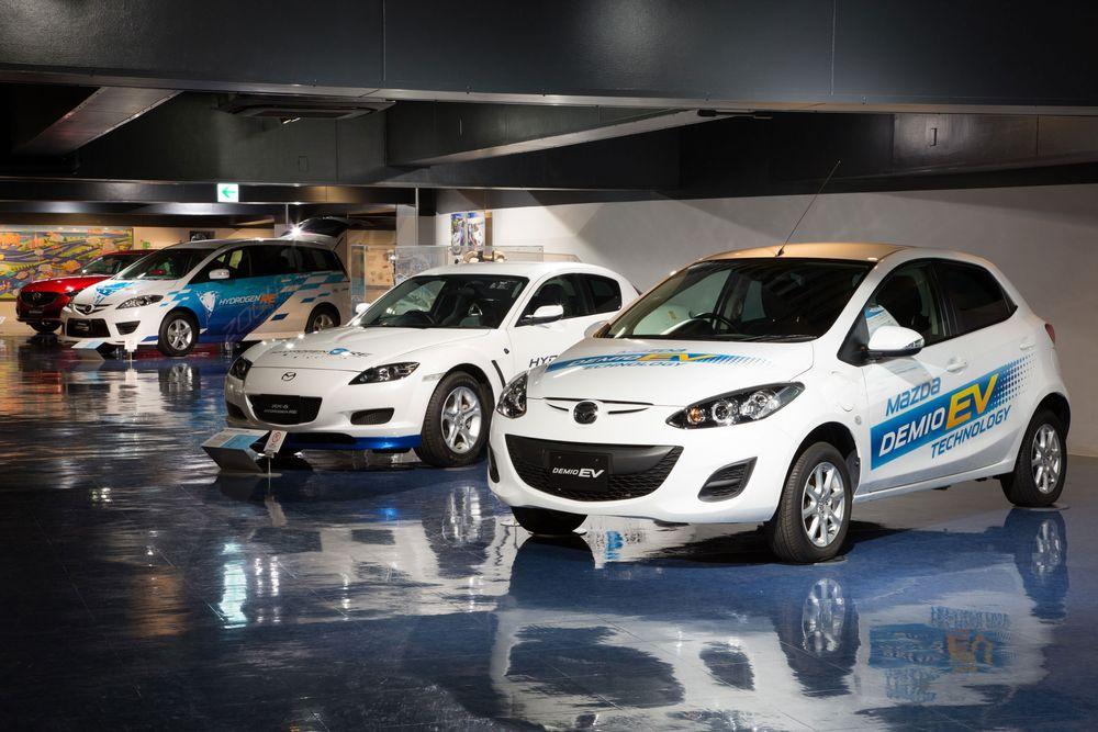 Mazda Demio EV, sammen med andre Mazda-prototyper ved Mazdas museum i Japan.