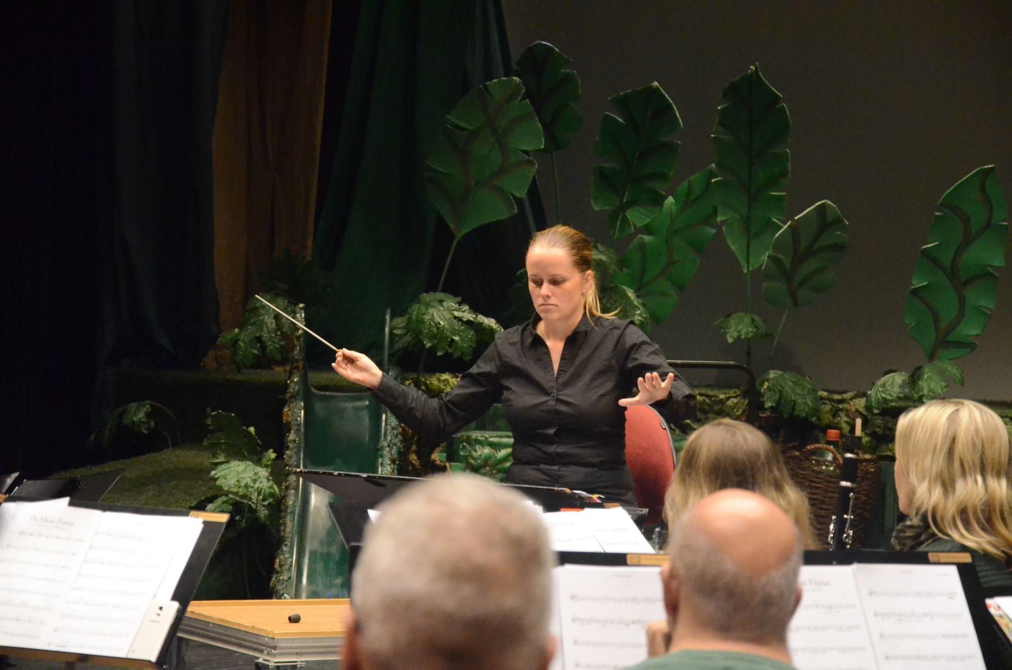 FULL KONSENTRASJON: Dirigent Maria Molund leder orkesteret sitt med stø hånd!