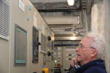 Teknisk inspektør Geir Haaland i Norled i tavlerommet på Ampere.