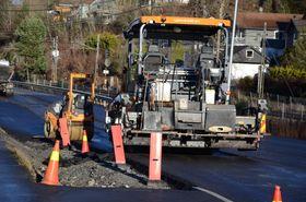 MANGE MASKINER: Det asfalteres her i Skiveien mellom Greverud og Myrvoll for tiden.