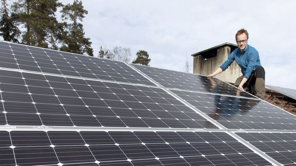 Stadig flere nordmenn skaffer seg solcellepaneler. Her et hus som nå installerer solcellepaneler. På bildet Andreas Bentzen fra Otovo som selger solcellepanel.