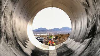 Her installeres det første fullskala Hyperloop-anlegget