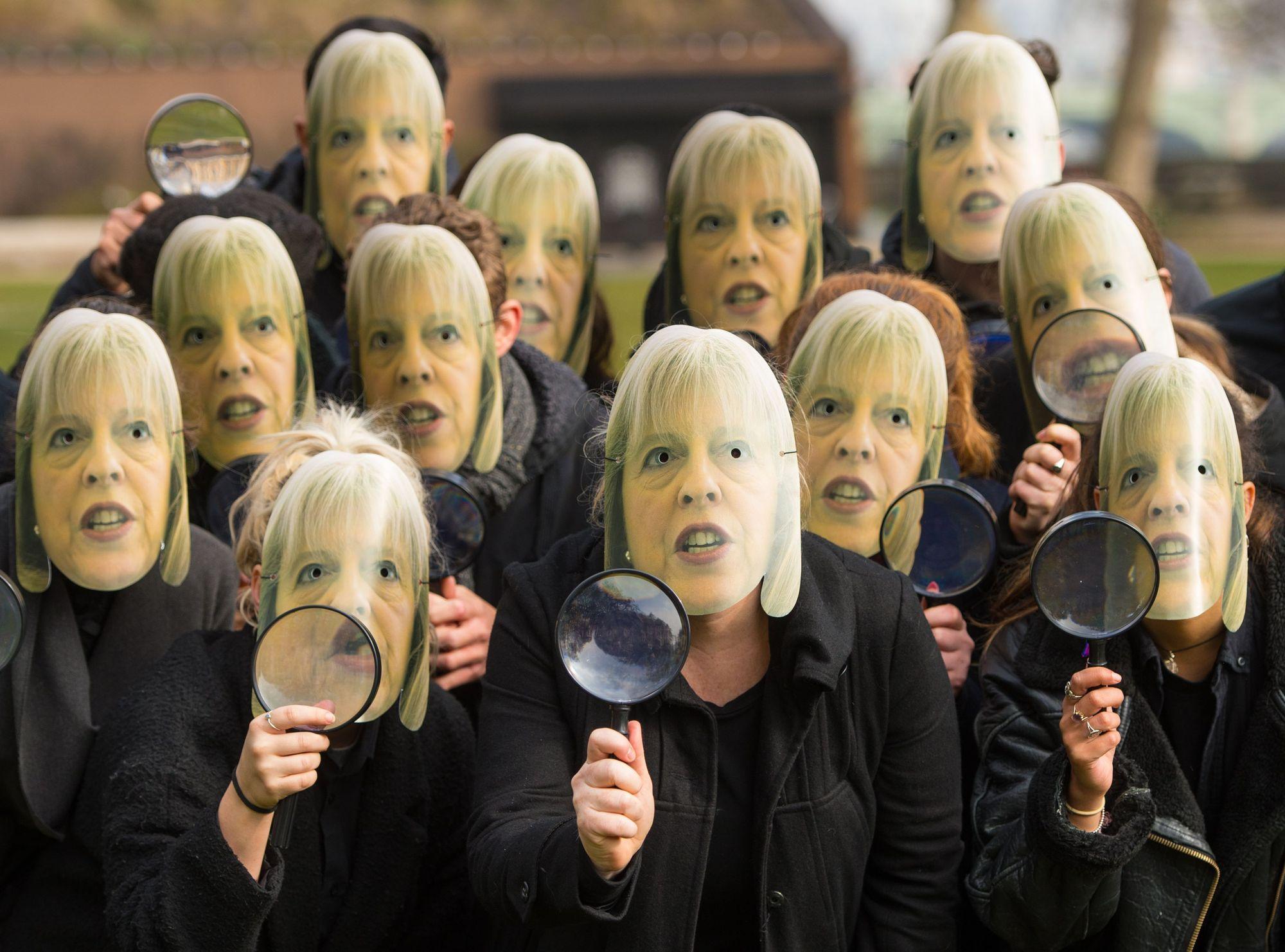 Medlemmer av kampanjegruppen NoteMyVote bærer masker av nåværende statsminister Theresa May under en protest mot det britiske lovforslaget om masseovervåkning som i går ble vedtatt.