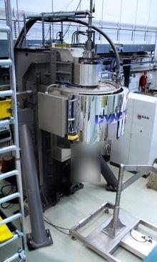 Dynatecs silisiumreaktor montert på Institutt for energiteknikk for testing. Den har en kapasitet på 80 tonn, produksjonsversjonen får 250 tonn.