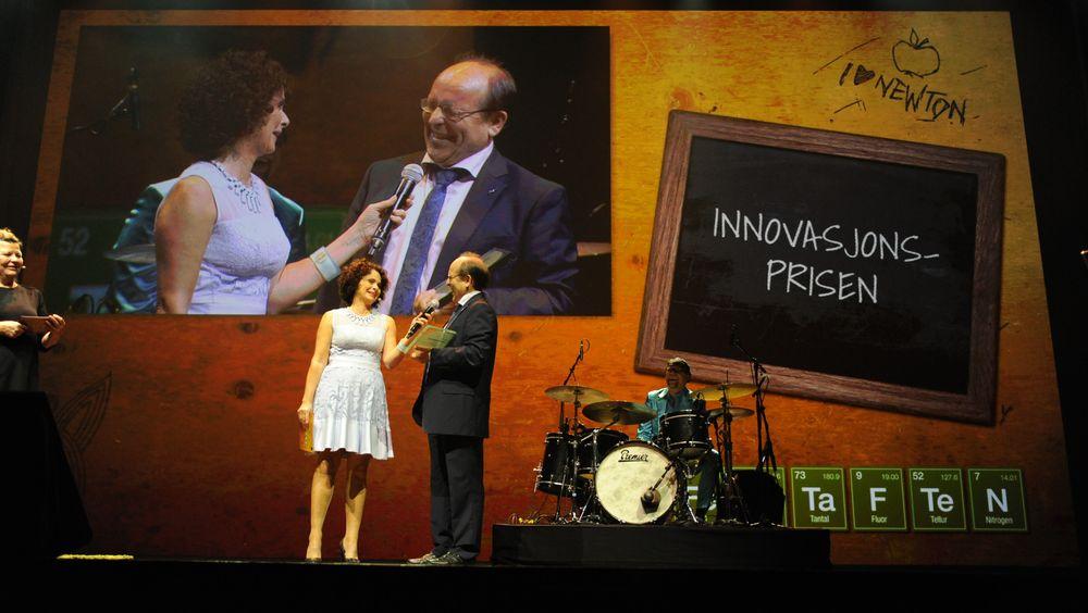 Nadia Hasnaoui deler ut Innovasjonsprisen 2016 til Josef Filtvedt, administrerende direktør i Dynatec, for deres arbeid med å utvikle en silisium-reaktor