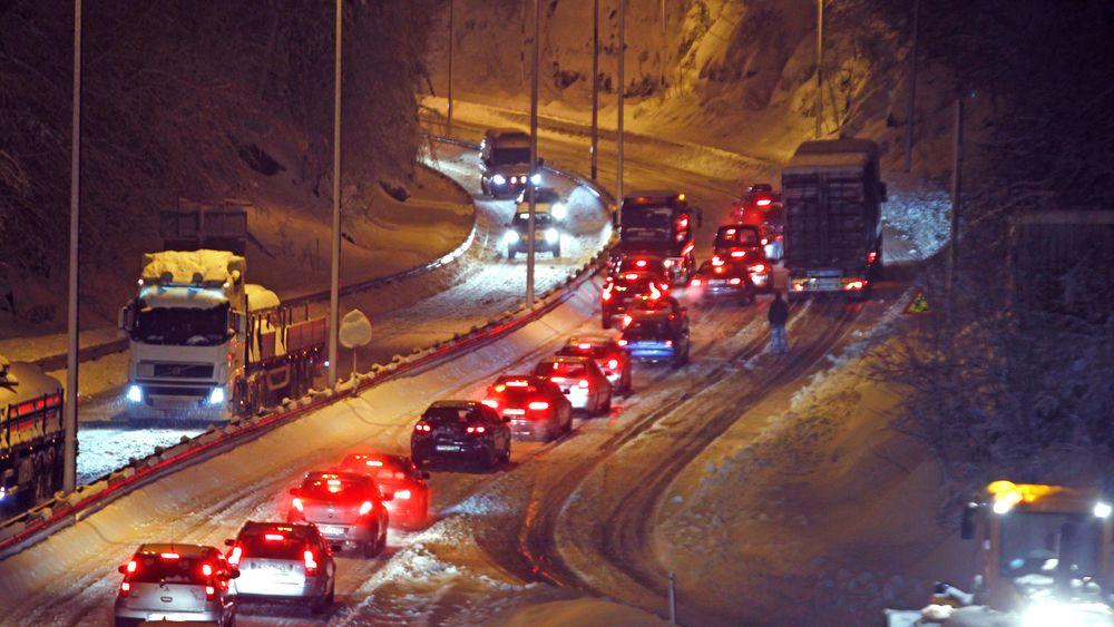 Kø på E39 ut fra Kristiansand. Snart vil sensorer både langs veiene og i bilene gi informasjon i sanntid som hjelper bilistene til å finne det beste alternativet.