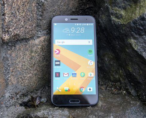 Skjermstørrelsen er på 5,5 tommer, og hele forsiden av telefonen er dekket av Gorilla Glass 5. Dermed skal også skjermen tåle litt mer enn mobilskjermer flest.