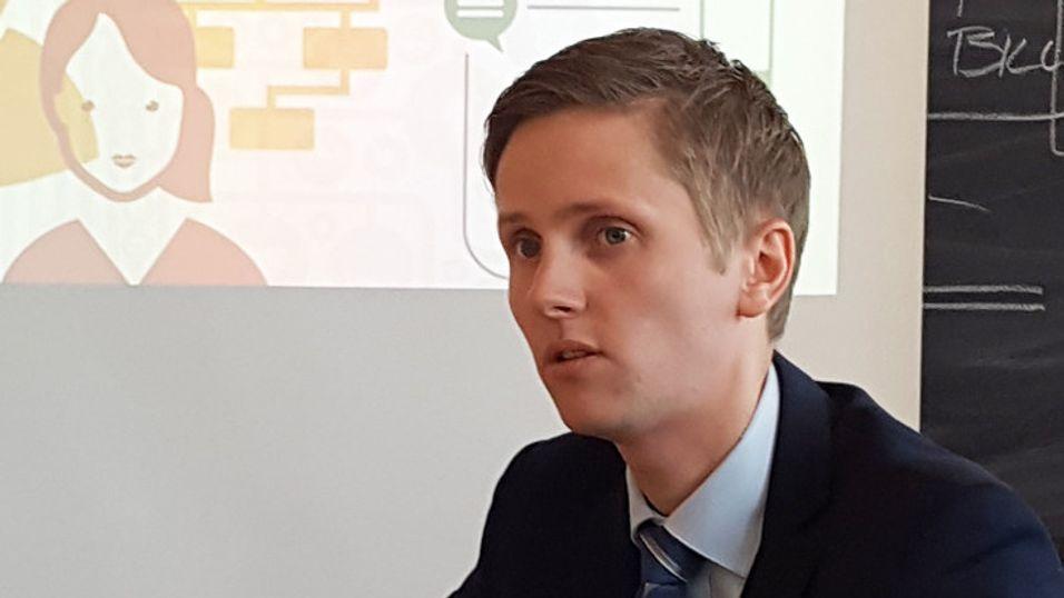 Statssekretær Reynir Jóhannesson i samferdselsdepartementet lover å ha en harmonisert gravepraksis for kommunale veier på plass før valget.