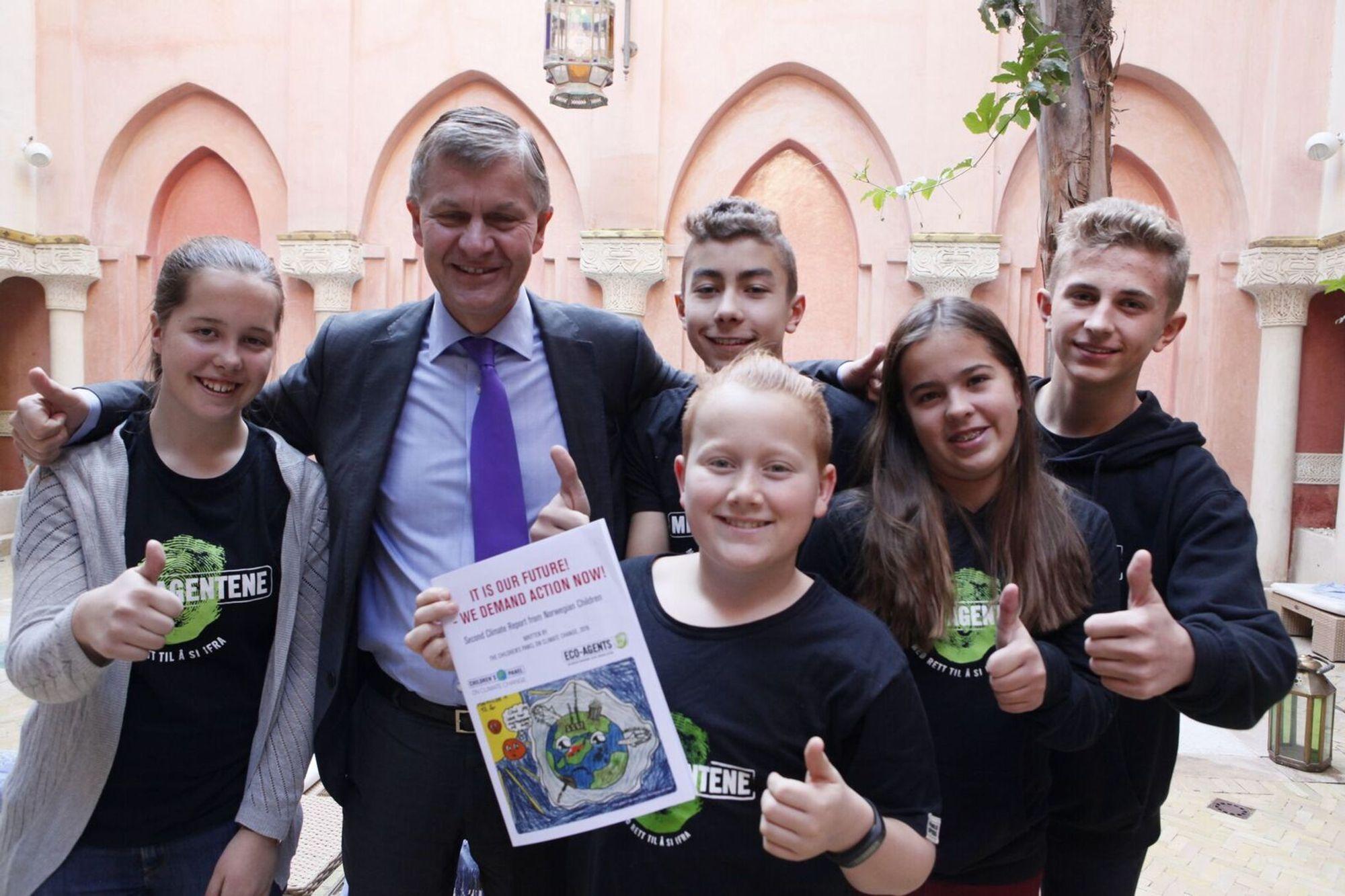 TOPPMØTER: Her møter representantene fra Barnas Miljøpanel, med 13 år gamle Victor Larsen Steenberg i front, overleverer her barnas rapport til E rik Solheim, (leder i UNEP.