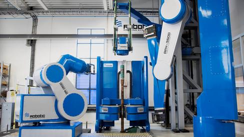 Firkløver: Disse fire robotene jobber i en nøye koreografert dans inne på farbikkgulvet til RDS. Snart kan de gjøre det samme på en oljeplatform, og allerede er den første komponenten solgt til en kunde.