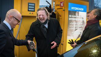 Klimaminister Vidar Helgesen og «colonialmajor» Odd Reitan var først til hydrogenpumpa.