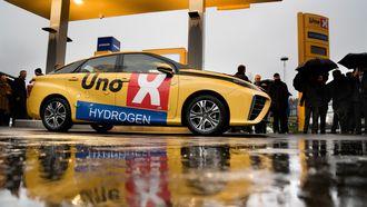 Uno-X åpnet sin første hydrogenstasjon i forrige uke. Her er én av sju norskregistrerte Toyota Mirai ved pumpa.