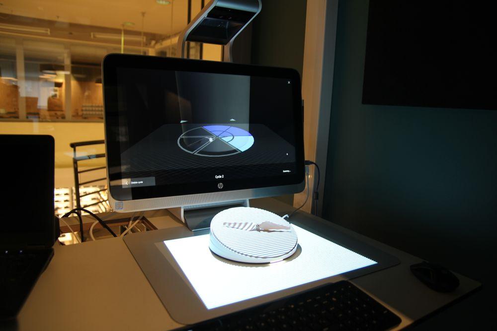 HP Sprout i ferd med å skanne propellen på capture stage, som roterer trinnvis slik at alle sider skal bli inkludert.