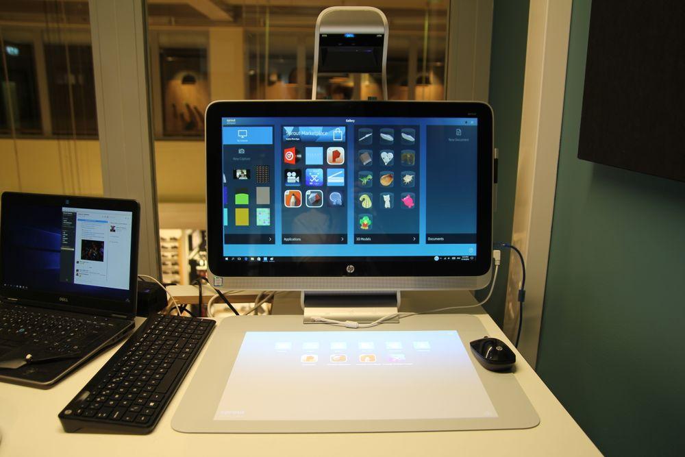 HP Sprout Pro med berøringsmatte, tastatur og mus.