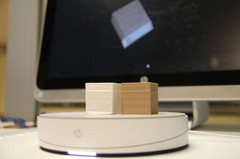 Til høyre er vår originale boks med avtagbart lokk, som vi har funnet på Thingiverse og skrevet ut med Wanhao Duplicator I3 V2.1. Den hviteklossen til venstre er den skannede versjonen av den brune boksen, skrevet ut på Dremel 3D40. Vi måtte trimme den litt i Meshmixer for å få den til å ligne mest mulig på originalen, og dette er vårt beste resultat.