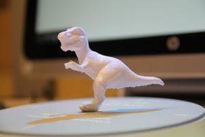 En av eksempelmodellene som leveres ferdig skannet med HP Sprout. Fordi det ikke lot seg gjøre å tilføye støtteunderlag i Autodesk Print Studio, endte dinosauren opp med et ben som knakk like under kneet. Vi har skrevet den ut på Dremel 3D40 som vi har lånt fra Clas Ohlson.