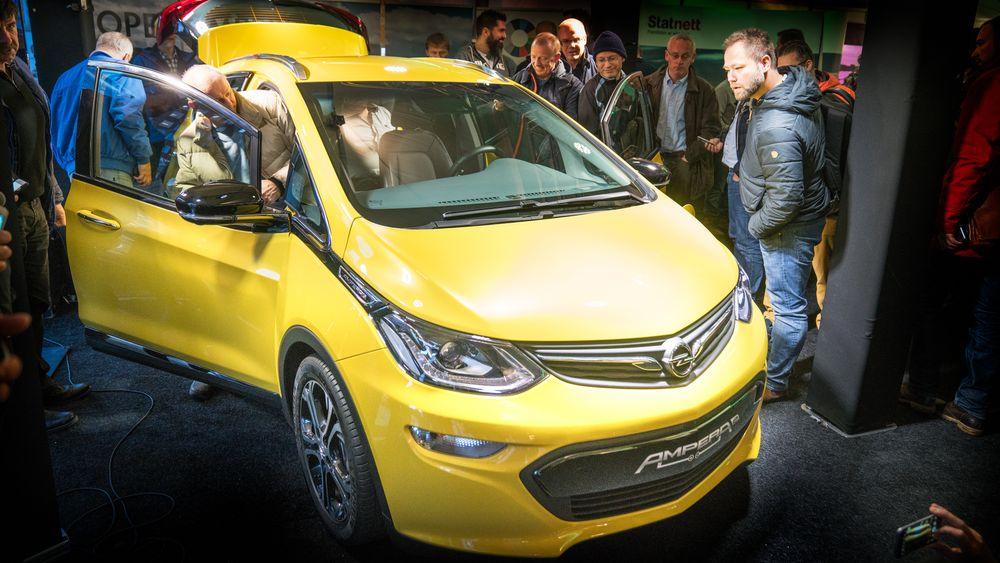 Opel Ampera-e står utstilt på Youngstorget i øyeblikket, men trenger neppe mer reklame. Det er vanvittig rift etter elbilen.