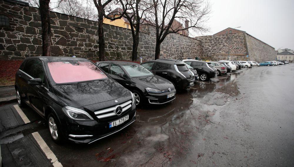 Det blir stadig vanskeligere å finne ledig parkeringsplass både i Oslo og i andre byer. Derfor testes det nå ut en rekke ulike smarte parkeringsløsninger i ulike land.