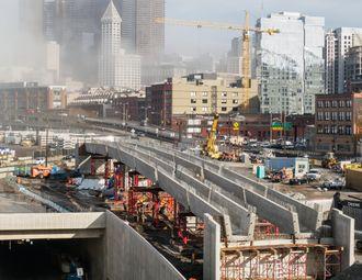 Broen, som er en avkjøringsrampe i nordgående retning til South Dearborn Street, oppføres nå. Den skal etter planen være ferdig våren 2017.
