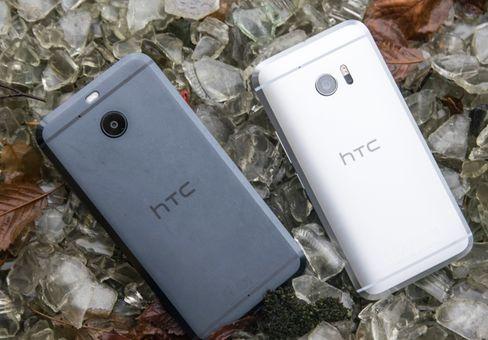 HTC 10 Evo til venstre ved siden av den vanlige toppmodellen, HTC 10.