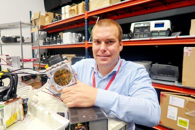 Laserlyskilde: Produkt- og utviklingsdirektør Kristian Kolstad viser frem den avanserte laserbaserte lyskilden ingeniørene i Fredrikstad har utviklet.