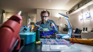 Han lodder, modifiserer og hacker seg til et smart hjem