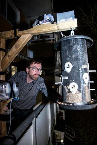 Solheim overvåker denne fuglekassa med sensorer for blant annet å se hvor mye mat spises. På stativet (helt til venstre) har Solheim montert en Iphone som kan ta bilder av fuglene.
