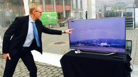 LIVE-OVERFØRING: Airbus-ingeniør Nils-Martin Hansen fulgte engasjert med da A350-1000 tok av fra Toulouse.