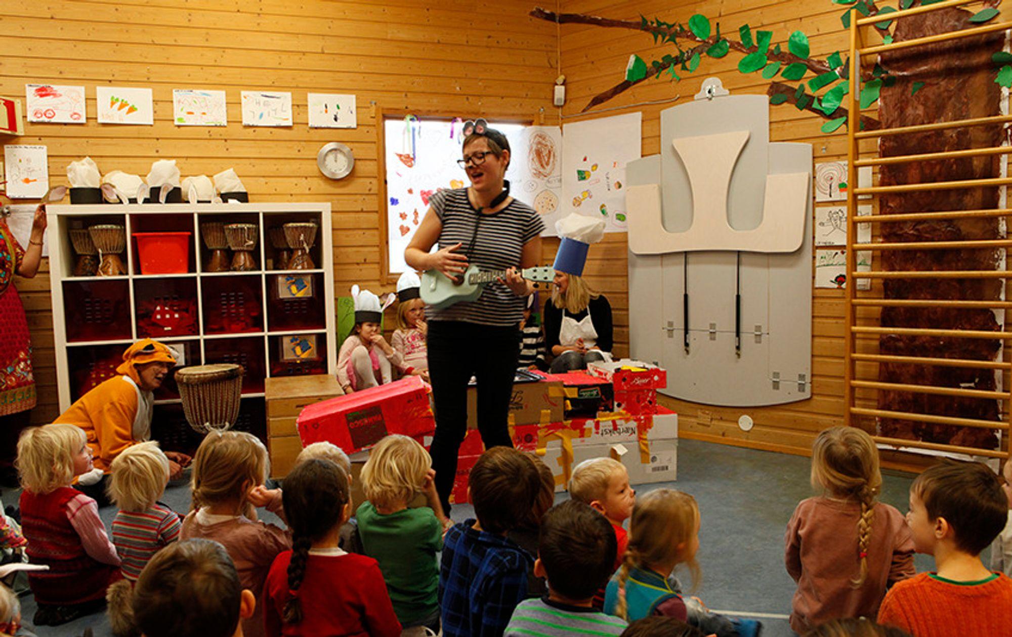 MUSIKALSK MUS: Klatremus spiller for alle barna.
