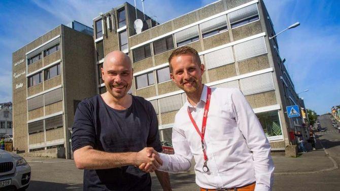 Helge Nitteberg (t.h.) - blir her gratulert av forgjenger Anders Opdahl våren 2016, med redaktørjobben i Nordlys.