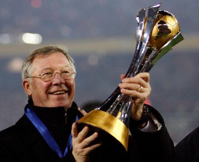 Alex Ferguson løfter ett av mange trofeer han har vunnet. (Foto: REUTERS / Yuriko Nakao (JAPAN) / SCANPIX)