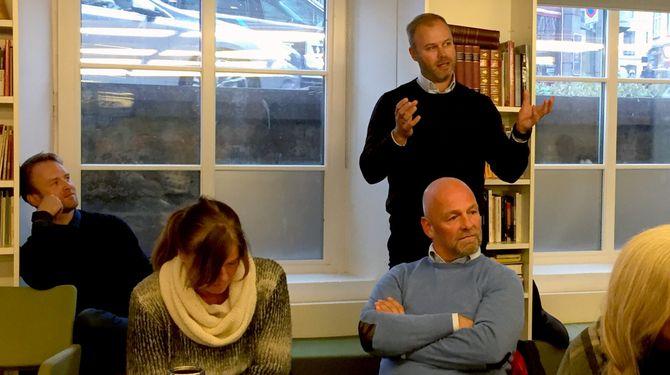 SVARTE PÅ KRITIKKEN: Erik Solberg (bak t.v.) og Stian Jansenfra mediebyrået Carat.