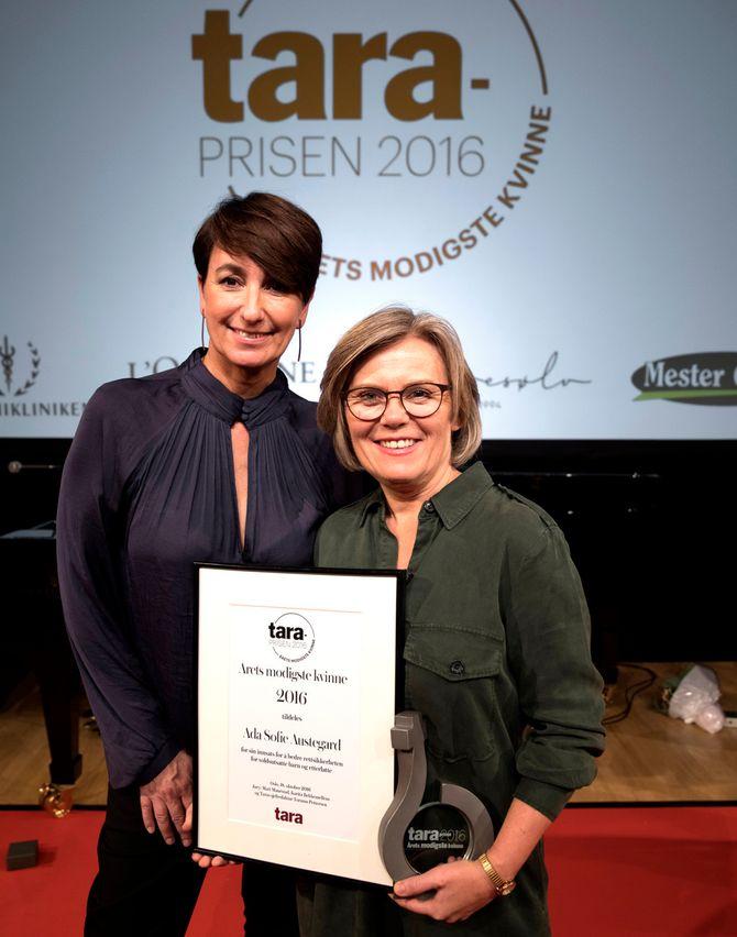 Ada Sofie Austegård får pris av Taras sjefredaktør Torunn Pettersen. (Foto: Espen Solli, Tara)
