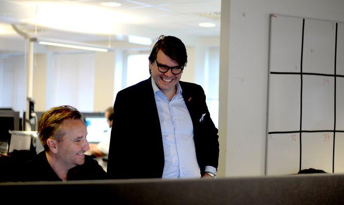 Publisher Sigvald diskuterer og ler sammen med nyhetsredaktør Rune Eriksen.