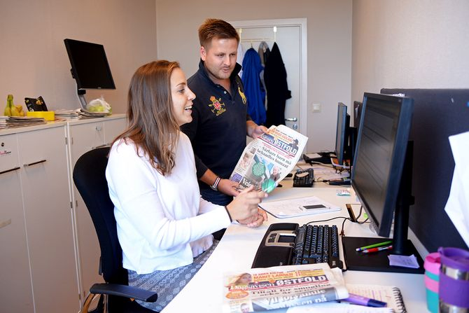 Journalist Martin Næss Kristiansen i Fredrikstad24 og reportasjeleder Elisabeth Skovly i Dagsavisen Østfold i deres redaksjon. (Foto: Erik Waatland)