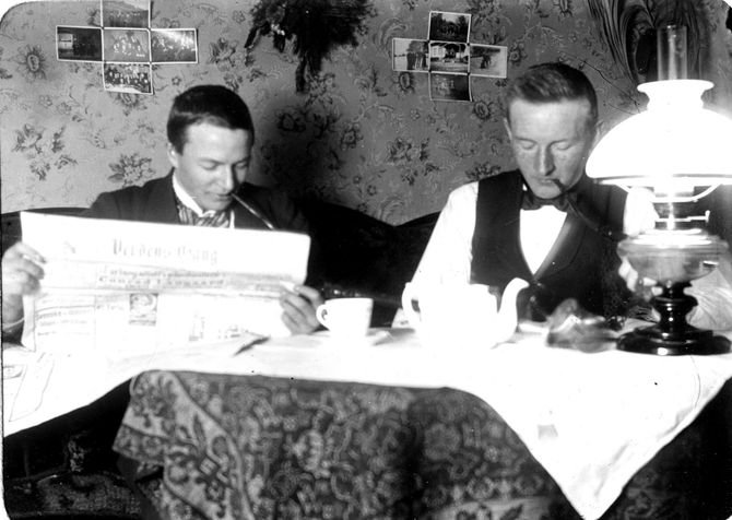 På lik linje med Knudsen på bildet her, elsker vi aviser, men vi rekker dessverre ikke å lese alle i en travel jobbhverdag. (Foto: Horten Tekniske skole / Statsarkivet i Kongsberg).