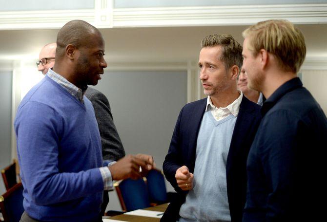 Julian Moore diskuterer med to av de ansatte i den norske Annonsørforeningen (ANFO); Håvard Rønnevig Bakken og Tommy Torjesen.