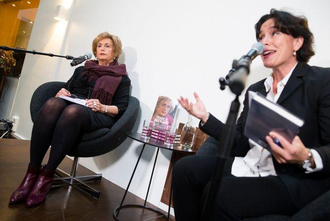 Trude H. Drevland og litterær direktør Kari Spjeldnæs (t.h.) under presentasjonen av ny bok på Aschehoug forlag. (Foto: Berit Roald / NTB scanpix)
