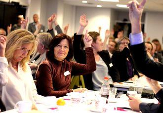 - Tror dere på framtida?, spør Fagpressens direktør Elin Floberghagen. Alle rekker opp hånda. God stemning på Fagpressedagen onsdag!