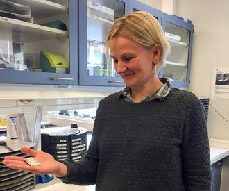 Energielement: Marianne Engvoll leder Skatech-selskapet TEGma som utvikler termoelektriske moduler for større varmekilder. Her holder hun et element som inngår i slike moduler i hånden.