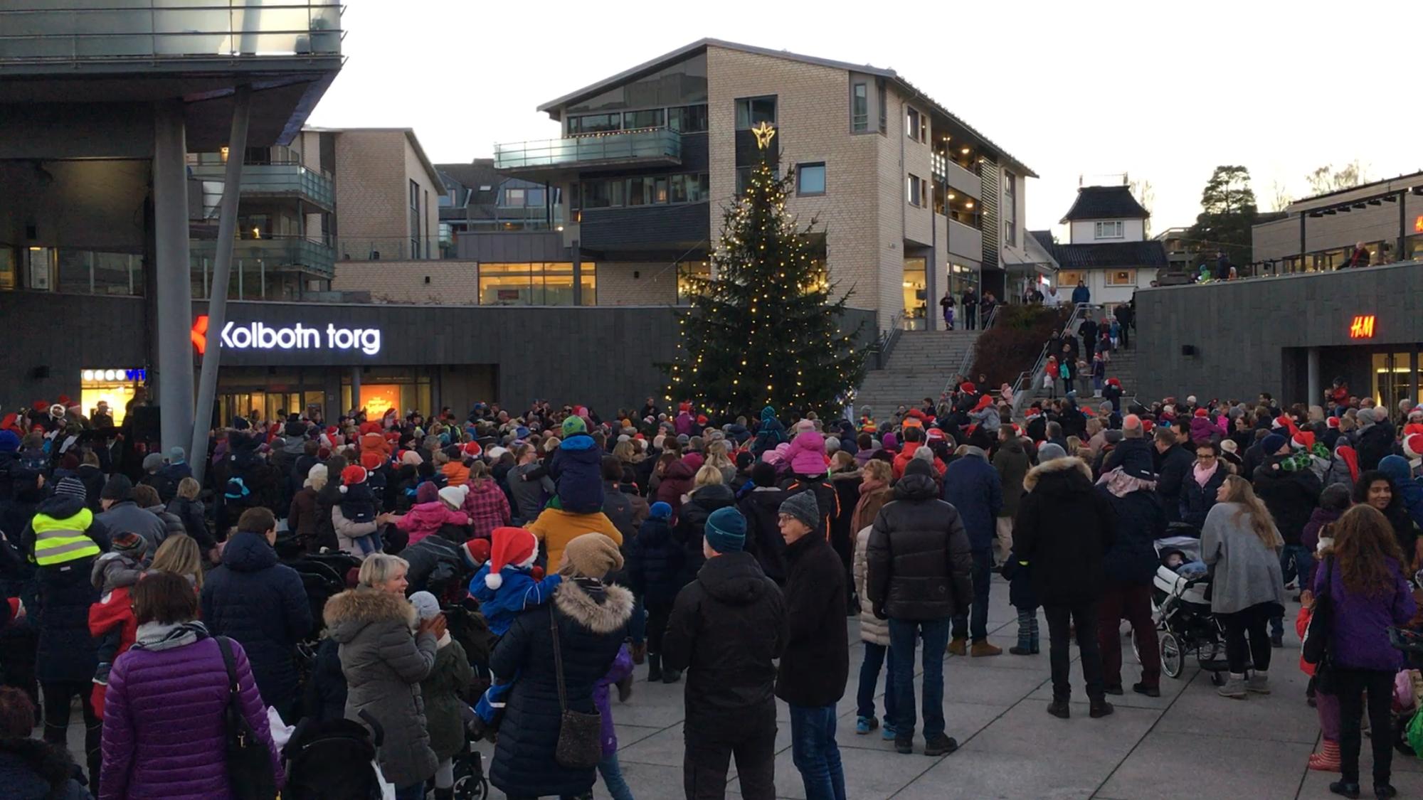 GOD STEMNING: Tusenvis av folk var med og tente julegranen og koste seg på torget i ettermiddag.