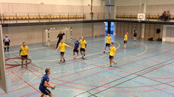 TØFF KAMP: Begge lag ga alt i kampen, men poengene ble med hjem til Østre Greverud!
