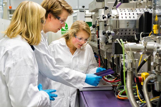 Sol-laben på Kjeller: IFE-forskerne Josefine Selj, Halvard Haug og Guro Marie Wyller i solcellelaberatoriet på Kjeller, ett av de sentrale laboratoriene i Norsk forskningssenter for solcelleteknologi.